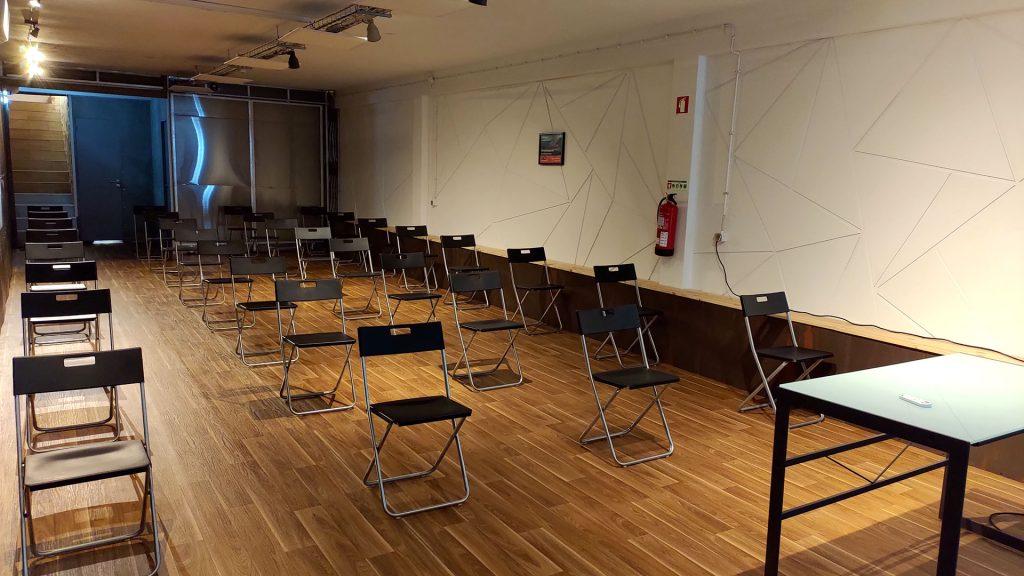 Espaço para conferências com 30 lugares com distanciamento