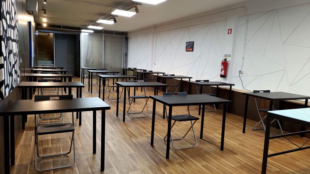 Sala para formações com 15 lugares com mesas individuais e distanciadas